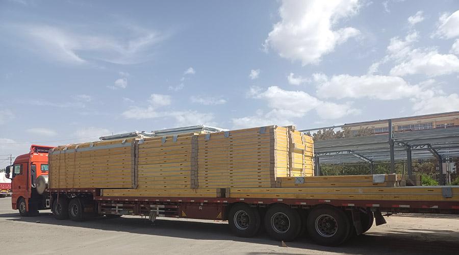 库板运输进入工程材料场地